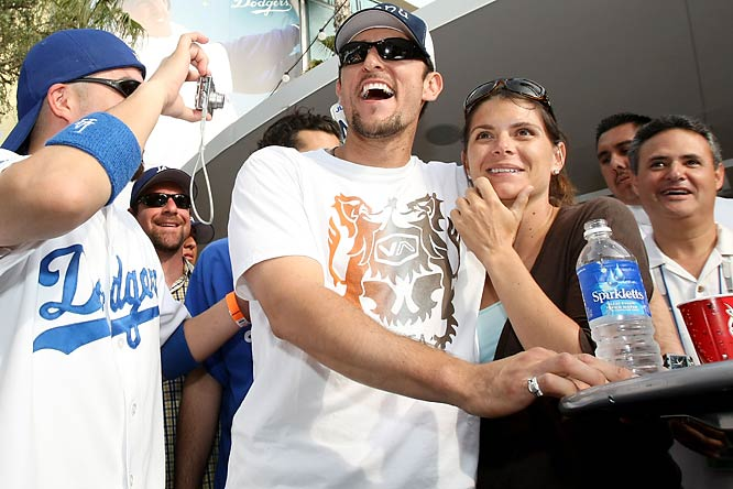 Garciaparra and his wife, Mia Hamm, joined the fans after last Sunday's game to enjoy some carne asada.