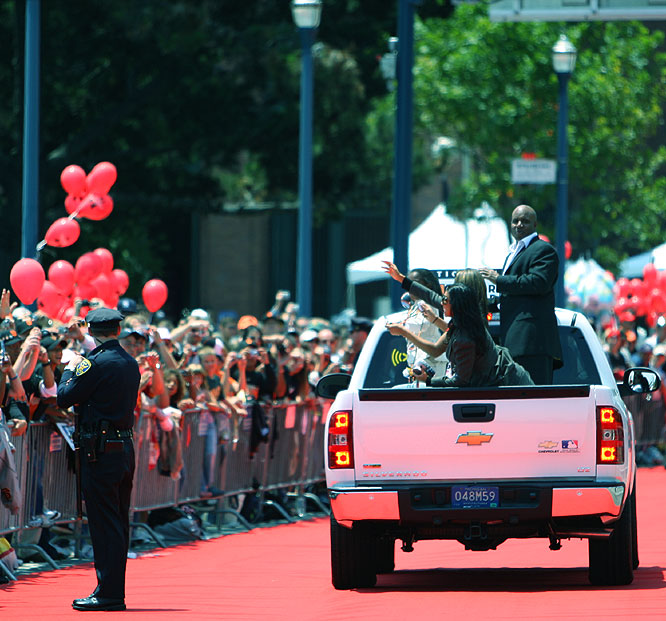 Fans lined the street to watch hometown hero Barry Bonds arrive at the 78th All-Star Game.