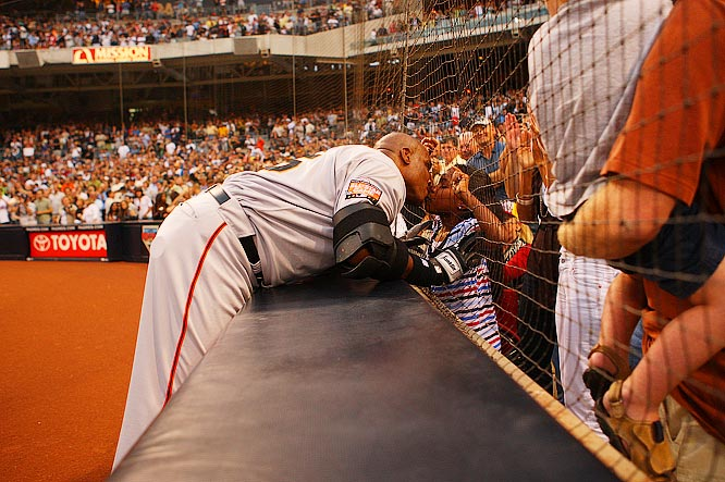 Bonds kissing his daughter, Aisha Lynn, following his historic homer.