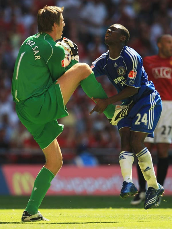 It doesn't look like Shaun Wright-Phillips (right) of Chelsea caught his opponents' foot in time.