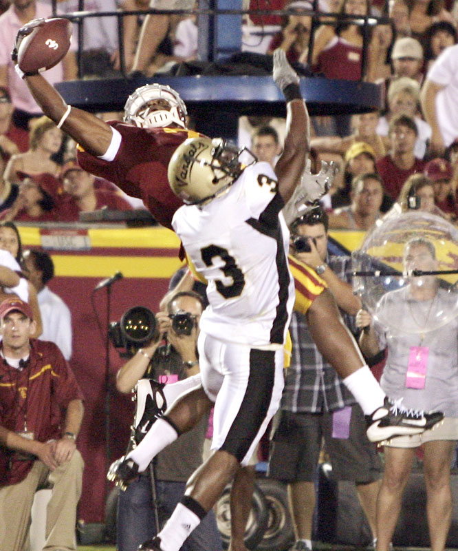 Vidal Hazelton made a spectacular one-handed grab in the end zone on a one-yard TD in the first quarter as the Trojans won their 34th straight victory at home dating to 2001.