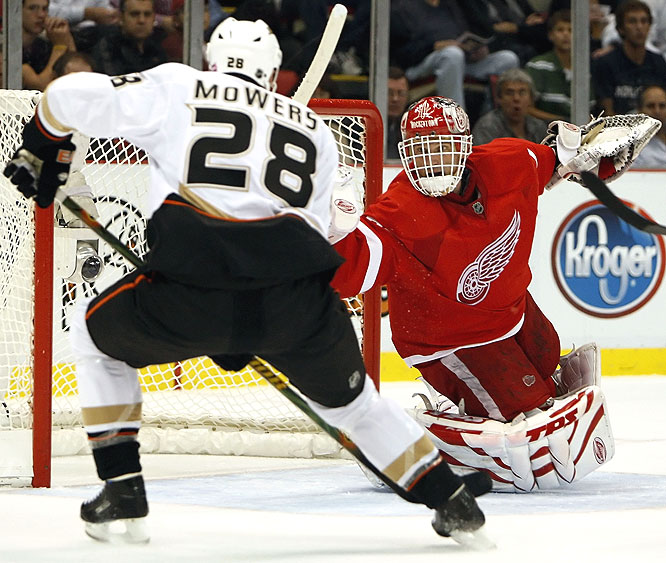 Playing in his 16th season, Dominik Hasek didn't face many shots (15) but played well enough to help the Wings win the rematch of last year's West final.