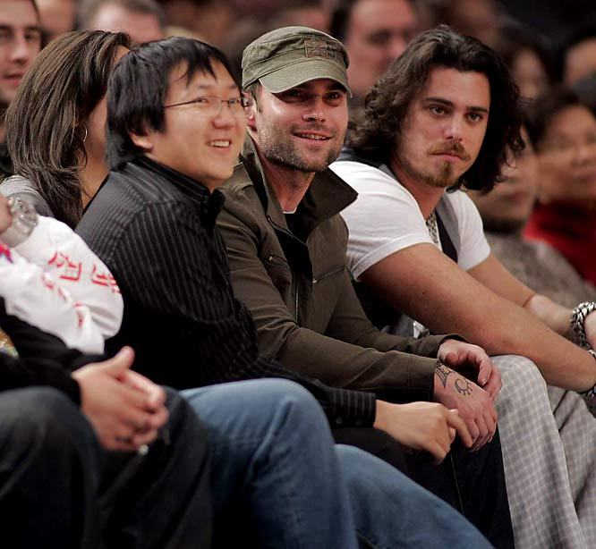 We don't know if 'Heroes' star Masi Oka and 'American Pie' funnyman Sean William Scott are laughing because they're both funny guys or because they were watching the Knicks play at Madison Square Garden last weekend.