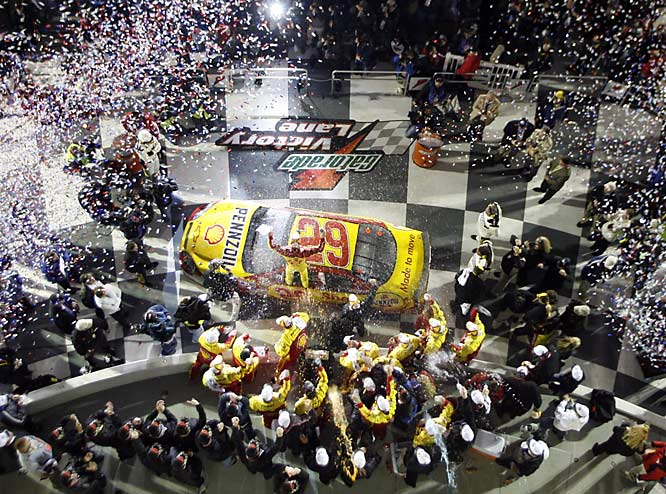 Kevin Harvick (29) went high, race leader Mark Martin went low, and we were treated to one of the greatest Daytona 500 finishes. Behind them, a pack of drivers crashed in a fiery, seven-car wreck.
