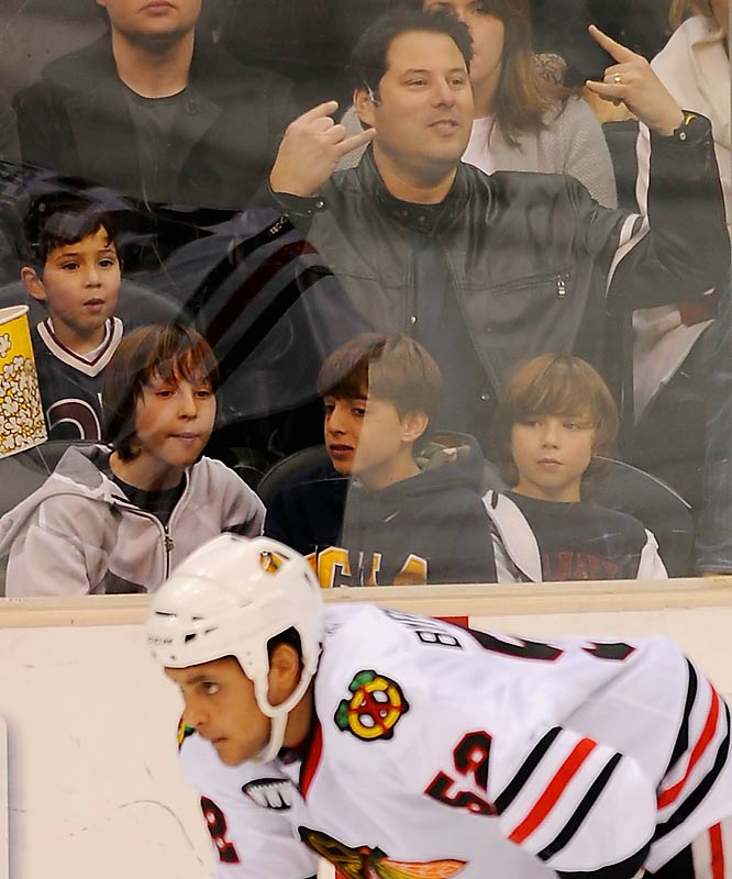 Is <i>Heroes</i> star Greg Grunberg looking for a fight at the L.A. Kings game against the Chicago Blackhawks? Or is he just letting the players know he was born to rock?