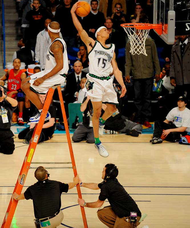 In the second round, McCants sat on the top step of a ladder and handed the ball off to a rising Green, who crushed another dunk.