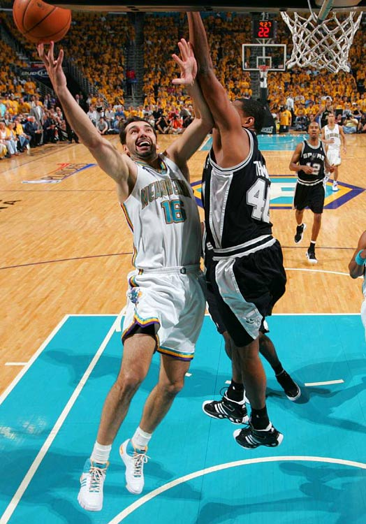 Peja Stojakovic, defended here by Kurt Thomas, hit nine of 15 shots to finish with 22 points.