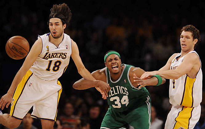 Reserve guard Sasha Vujacic (left) couldn't get a handle on this loose ball -- or his jump shot. He shot 2-of-10 from the field, making him 3-of-19 in the last two games.