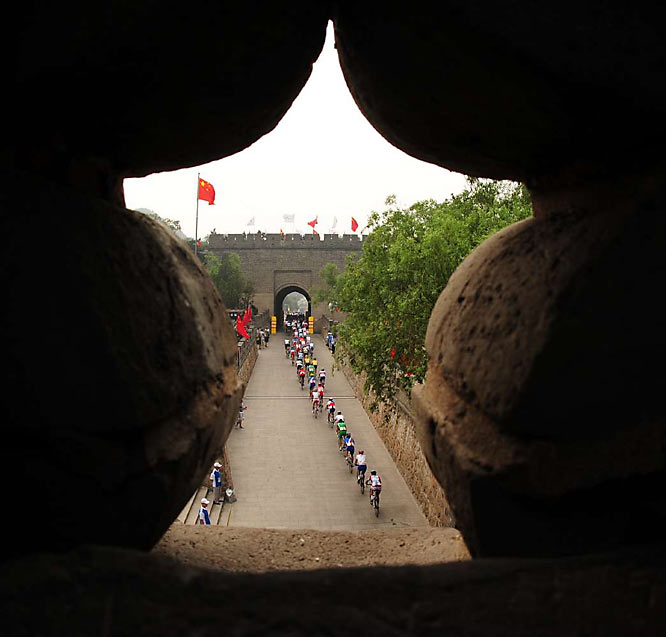 Cyclists at the Great Wall during the men's road race.