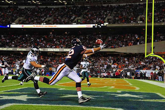 Tight end Greg Olsen catches a 19-yard touchdown pass in the first quarter of the Bears' 24-20 victory over the Eagles.