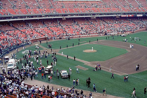 As the Giants and A's get ready to play Game 3 of the World Series, the Bay Area is hit by a massive earthquake. The game is quickly postponed by Commissioner Fay Vincent, and he wisely orders the evacuation of Candlestick Park.