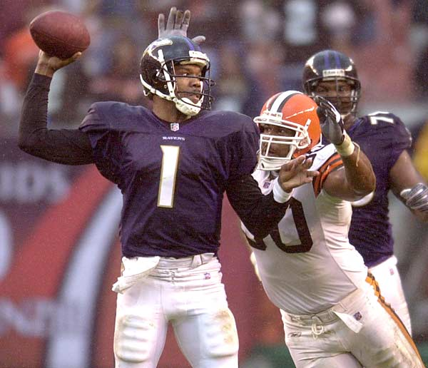 In a 13-10 victory over the Steelers, Randall Cunningham reaches 30,000 career passing yards.