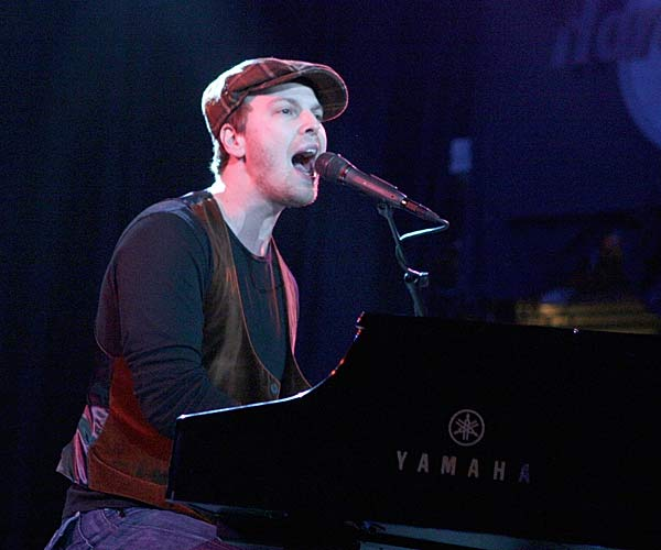 Pop singer Gavin DeGraw performs at a concert at the Hard Rock Cafe to celebrate Champions Week.