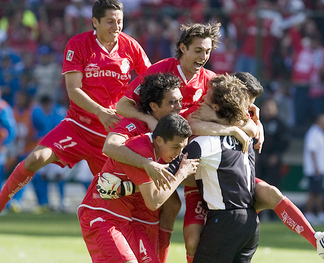 Through the first leg of the finals, Toluca looked like a lock to cruise to its ninth title: <i>Los Diablos Rojos</i> bagged two away goals in Mexico City and were heading home with record-setting keeper Hernán Cristante poised to hold down the fort. The 39-year-old Argentine set a mark earlier in the playoffs of 771 straight minutes without conceding a goal. But Cruz Azul shocked Toluca in the second leg, scoring two unanswered goals to tie it up. The matchup went to penalty kicks, and Cristante (lower right) re-summoned the magic, shutting down <i>la Máquina</i> and winning it for Toluca.