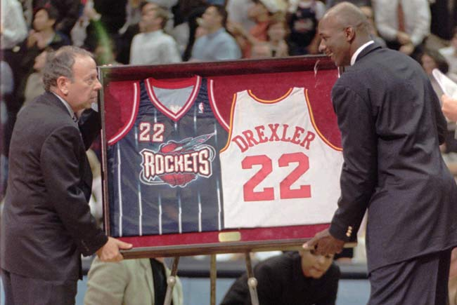 The Houston Rockets retire Clyde Drexler's No. 22 jersey in a ceremony held before the Rockets' game against Philadelphia. Drexler becomes the fourth Rocket to have his jersey raised to the rafters of the Compaq Center, joining Calvin Murphy's No. 23, Moses Malone's No. 24 and Rudy Tomjanovich's No. 45.