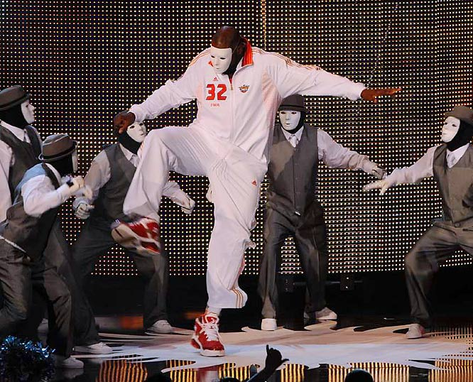 There was a surprise, Shaq-tastic twist on pregame introductions, as Shaquille O'Neal broke it down with the dance group, JabbaWockeeZ.