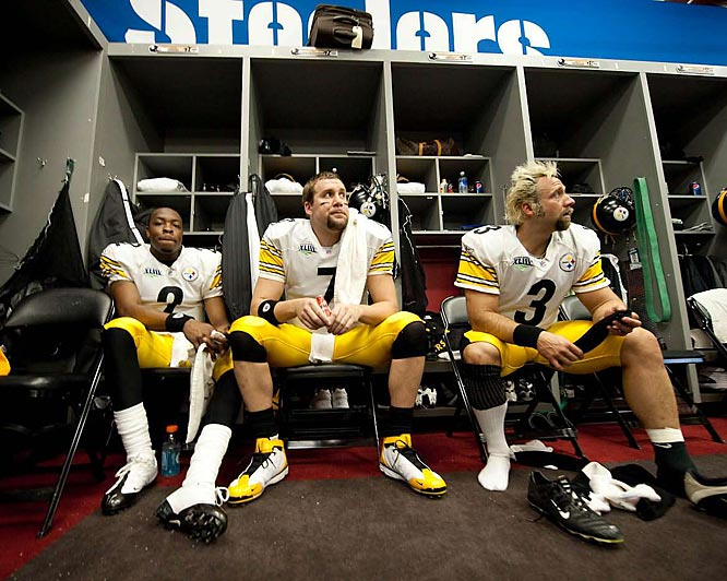 Dennis Dixon (left), Ben Roethlisberger and Jeff Reed in a moment of reflection before taking the field.