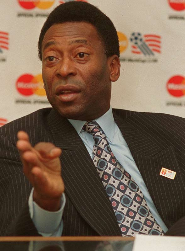 Soccer great Pele weds psychologist Assiria Seixas Lemos.