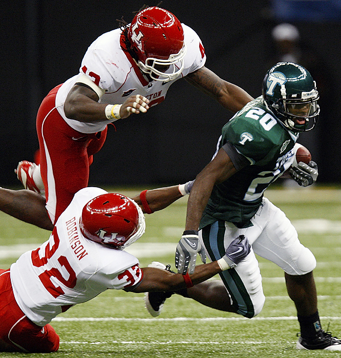 Houston's Jamal Robinson (32) and Tyrell Graham put the clamps on Tulane's Jeremy Williams. The Cougars broke a close game open by outscoring the Green Wave 20-0 in the third quarter. Case Keenum completed 30 of 43 passes for a season-low 334 yards as Houston improved to 5-1.