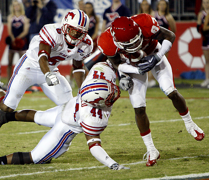 Houston's Patrick Edwards (right) breaks away from the SMU defense to score on a 7-yard pass play. Edwards, a sophomore, caught nine passes for 122 yards as the 6-1 Cougars cruised to a victory in their first home game in almost a month.