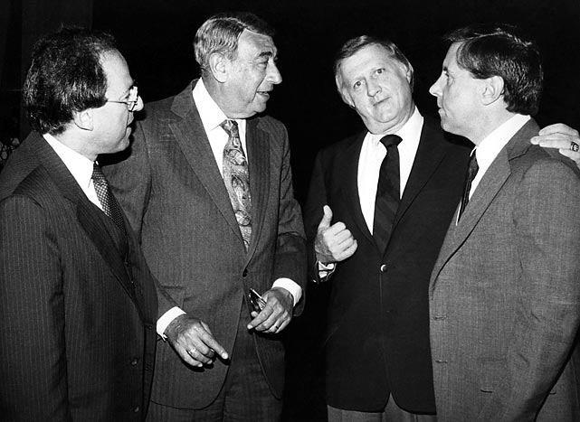 Steinbrenner held court with sportscaster Howard Cosell and others at an event in 1980.