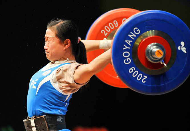 Chen Wei-Ling of Taiwan misses a lift en route to a fourth-place finish in the 49kg division of the World Weightlifting Championships in South Korea on Nov. 21. She won a bronze medal at the Beijing Olympics.