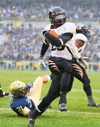 Isaiah Pead (23) of Cincinnati scores in the fourth quarter. A subsequent two-point conversion tied the score at 38.