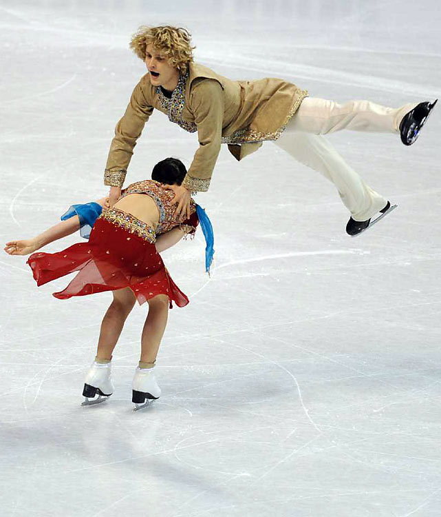University of Michigan students Meryl Davis and Charlie White won their second straight ice dance title at the U.S. Figure Skating Championships on Saturday, beating Olympic and world silver medalists Tanith Belbin and Ben Agosto for the first time in their careers.