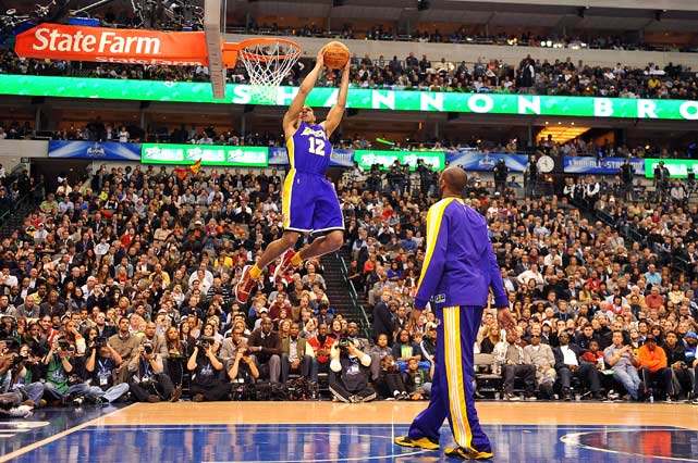 Hoping he would provide an extra spark, Shannon Brown brought out injured Lakers teammate Kobe Bryant to assist one of his dunks.