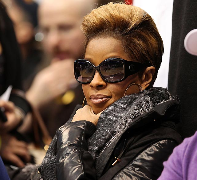 The Queen of Hip-Hop, Mary J. Blige, sat courtside. Seriously, what's with everyone wearing sunglasses inside. It's a bit strange, no?