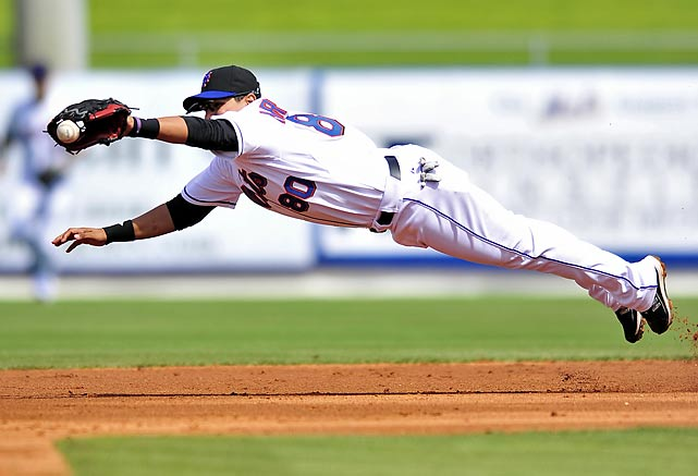 Shortstop Luis Hernandez comes up short on a liner by the Atlanta Braves during Opening Day of the Grapefruit League in Port St. Lucie, Fla.