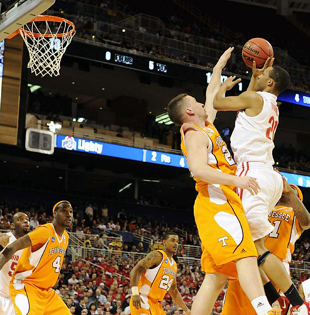 Evan Turner (No. 21) tried to keep Ohio State in the game, scoring a game-high 31 points. But his desperation three-pointer at the buzzer was blocked as the sixth-seeded Vols moved on.