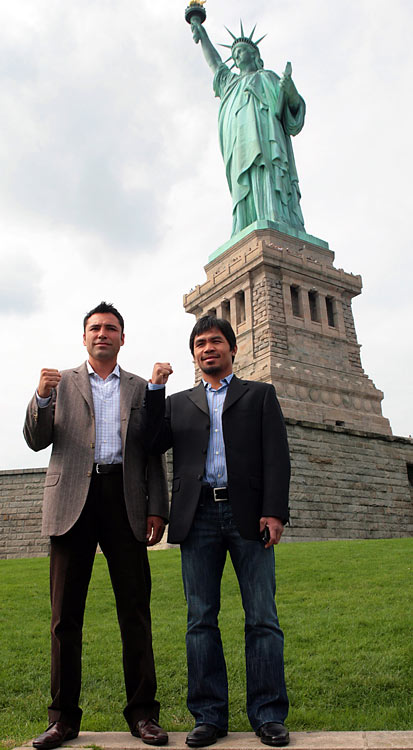 Oscar De La Hoya and Pacquiao in front of the Statue of Liberty to promote their 2008 fight.