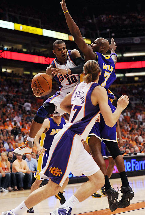 With solid bench play and sharp three-point shooting, the Suns edged the Lakers 115-106 in Game 4 Tuesday night to tie the Western finals 2-2. Here are some of SI's best shots from the game.   Leandro Barbosa (10) put up 14 points in just 17 minutes off the bench for Phoenix.