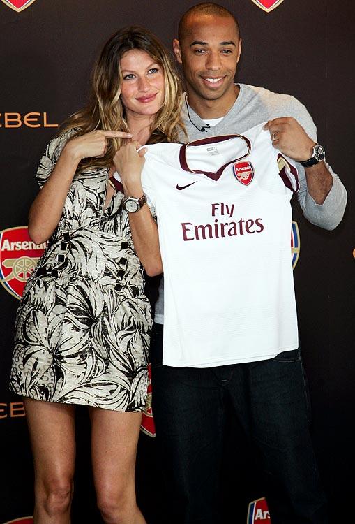 Henry presents Brazilian supermodel Gisele Bundchen, with an Arsenal shirt.
