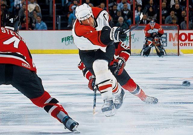 With their superstar center in the final year of his original six-year contract worth $20 million, the Flyers gave Lindros, 24, an extension that made him and Anaheim's Paul Kariya the league's highest-paid players. The Flyers originally offered five years at up to $50 million (including incentives), but Lindros's agent -- his notoriously difficult father, Carl -- took the shorter deal because he thought the free agent market was going to skyrocket in a year or two.