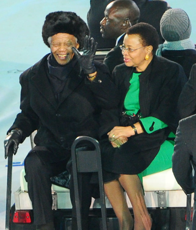 The final day of the World Cup got off to a touching start when former South African president Nelson Mandela took a ceremonious trip around the Soccer City Stadium with wife Graca Machel at the closing ceremony in Johannesburg.