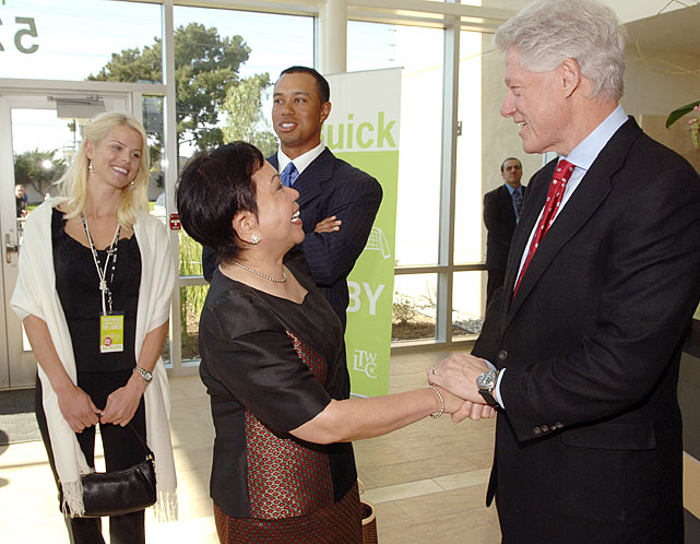 Elin and Tiger observe as Tiger's mother, Kultida, meets former president Bill Clinton.
