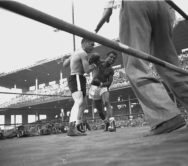 Robinson ( right ) returned to the ring in 1955 after a two-and-a-half-year retirement and quickly earned a shot at Bobo Olson for the title. The future Hall of Famer won it on a second-round knockout at Chicago Stadium.
