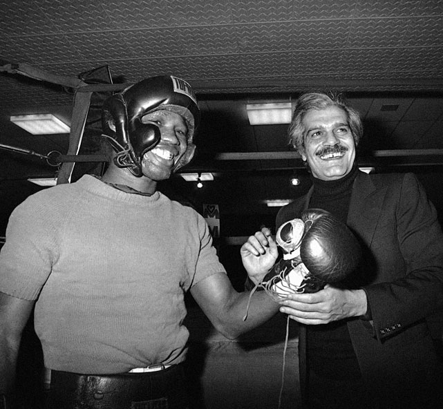 When the legendary Carlos Monzon retired, the hard-hitting Valdez ( left, with actor Omar Sharif ) met Bennie Briscoe for the vacant undisputed middleweight championship. After outpointing Briscoe for the title, Valdez lost it to Hugo Corro in his first defense.