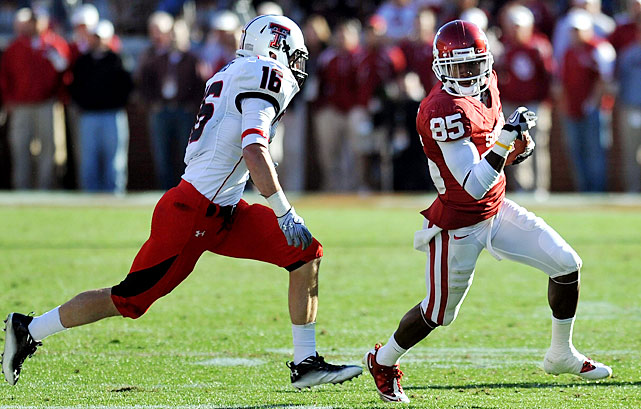 Was this really the same Oklahoma team that scored just 19 points in a Week 10 loss to Texas A&M? Quarterback Landry Jones was nearly perfect for the Sooners, completing 22-of-29 passes for 319 yards and five touchdowns. Three of those touchdowns were caught by Ryan Broyles, who broke Mark Clayton's school record for career receptions and scores.