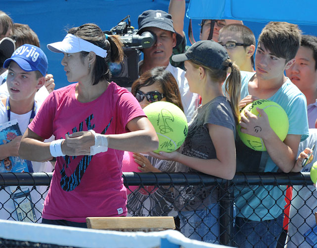 Li Na stands in front of supporters during a practice session on Friday.