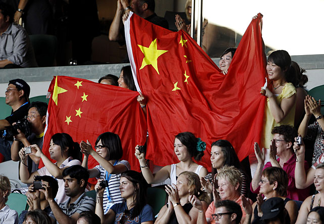 Supporters of Li hold up her national flag prior to the start of the Saturday's final.
