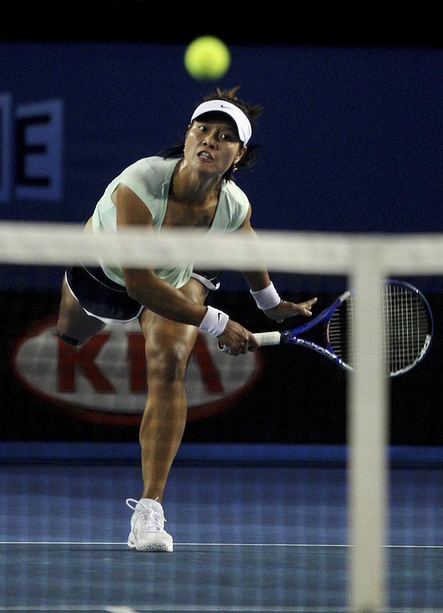 Li serves to Clijsters.