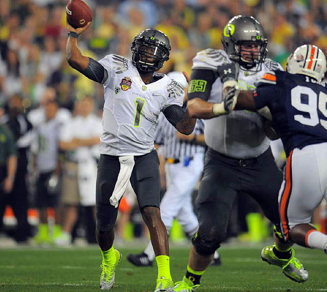 Darron Thomas responded with an 8-yard scoring pass to LaMichael James to put the Ducks back in front 11-7.