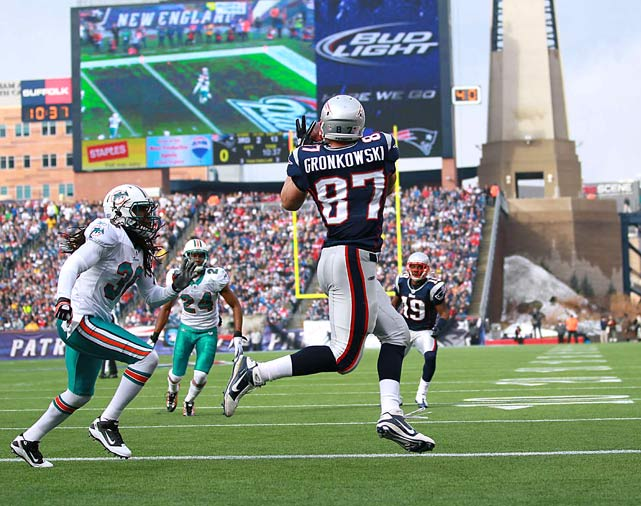 New England tight end Rob Gronkowski makes a catch during a Week 17 game against the Miami Dolphins. The Patriots won 38-7.