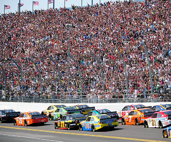 Fans stood in unison and saluted the icon with a 'three' during the race's third lap.