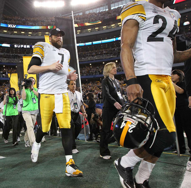 Steelers quarterback Ben Roethlisberger and teammates trot off the field following their Super Bowl defeat.
