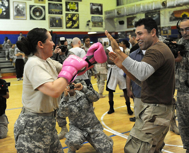 De La Hoya spars with Staff Sergeant Karla Tyson of Brooklyn, N.Y., while visiting a military base in Kuwait.