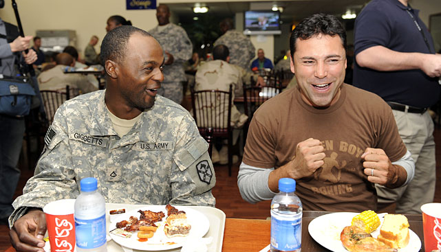 De La Hoya (right) has lunch with U.S. soldiers assigned to Area Support Group in Camp Arifjan, Kuwait.